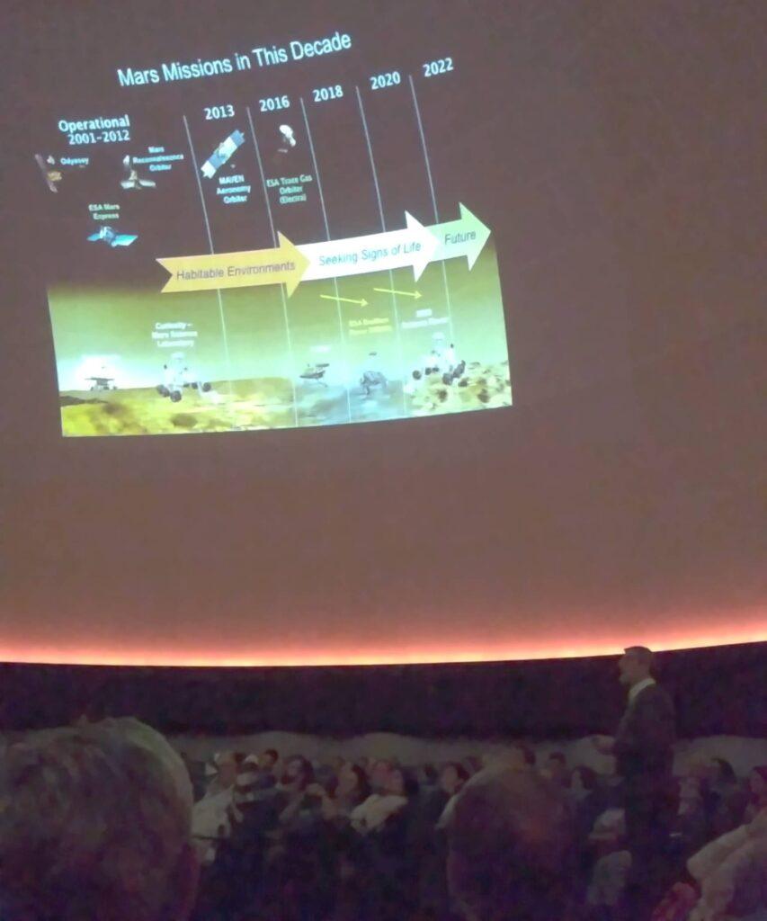 Jesús Martínez-Frías durante su conferencia en el Planetario de Madrid