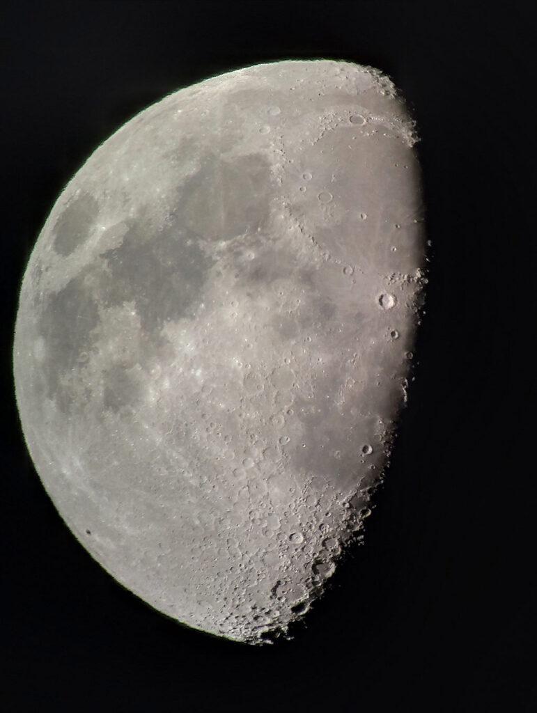 La Luna a pulso sobre el ocular del telescopio