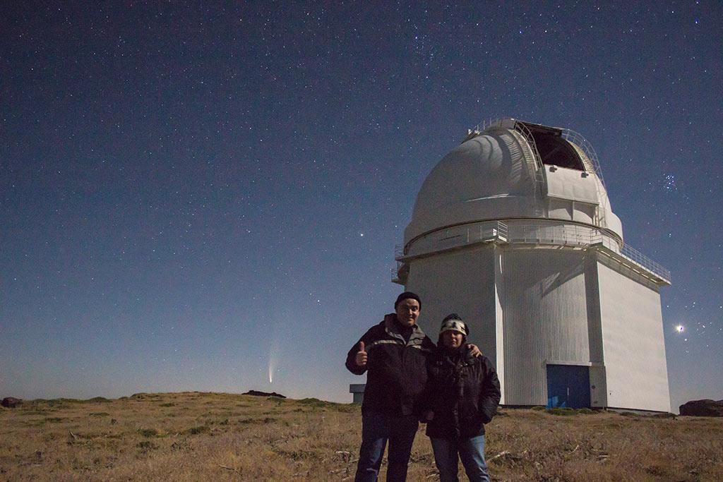 El cometa Neowise y la cúpula del 2,2m de Calar Alto.