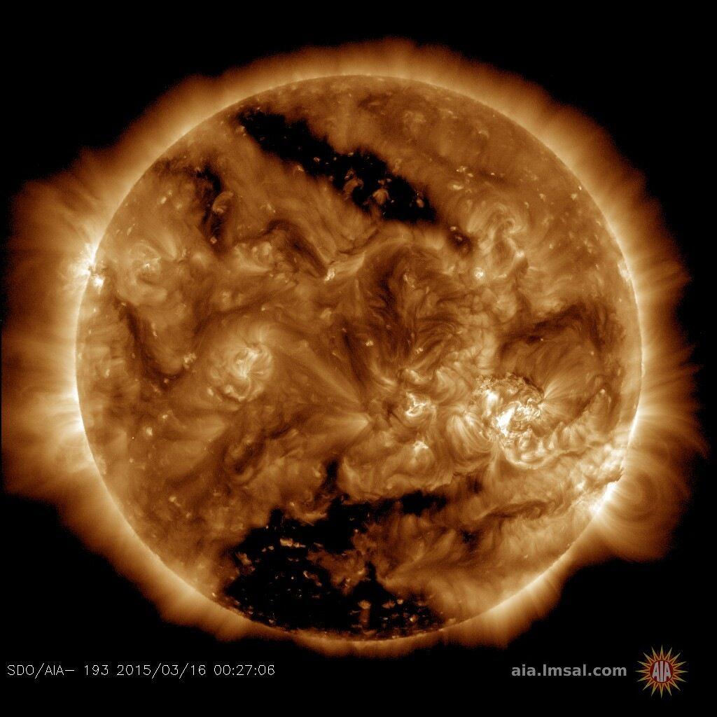 Las zonas oscuras son agujeros coronales. Los registrados el día 17 de marzo son de gran tamaño.
