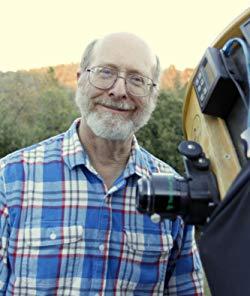 Don Machholz junto a su telescopio