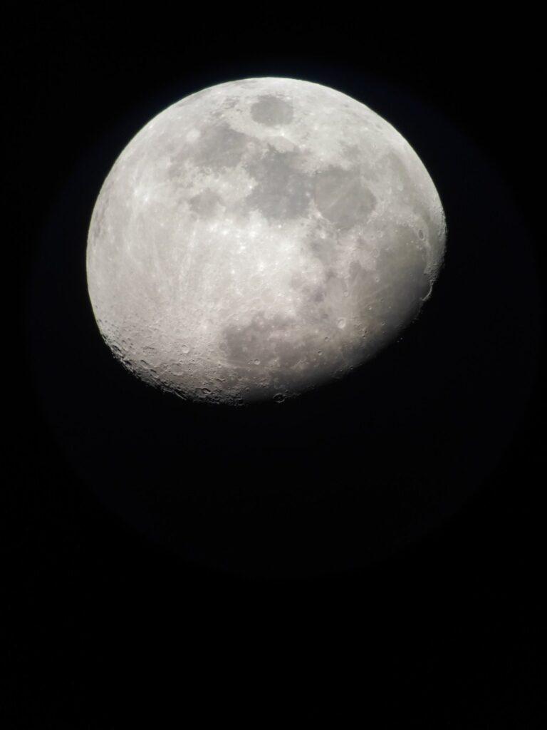 Fotografía obtenida con un móvil Xiaomi acoplada a un telescopio Nexstar5. Se ve la Luna gibosa, parcialmente iluminada. Se aprecian los mares.