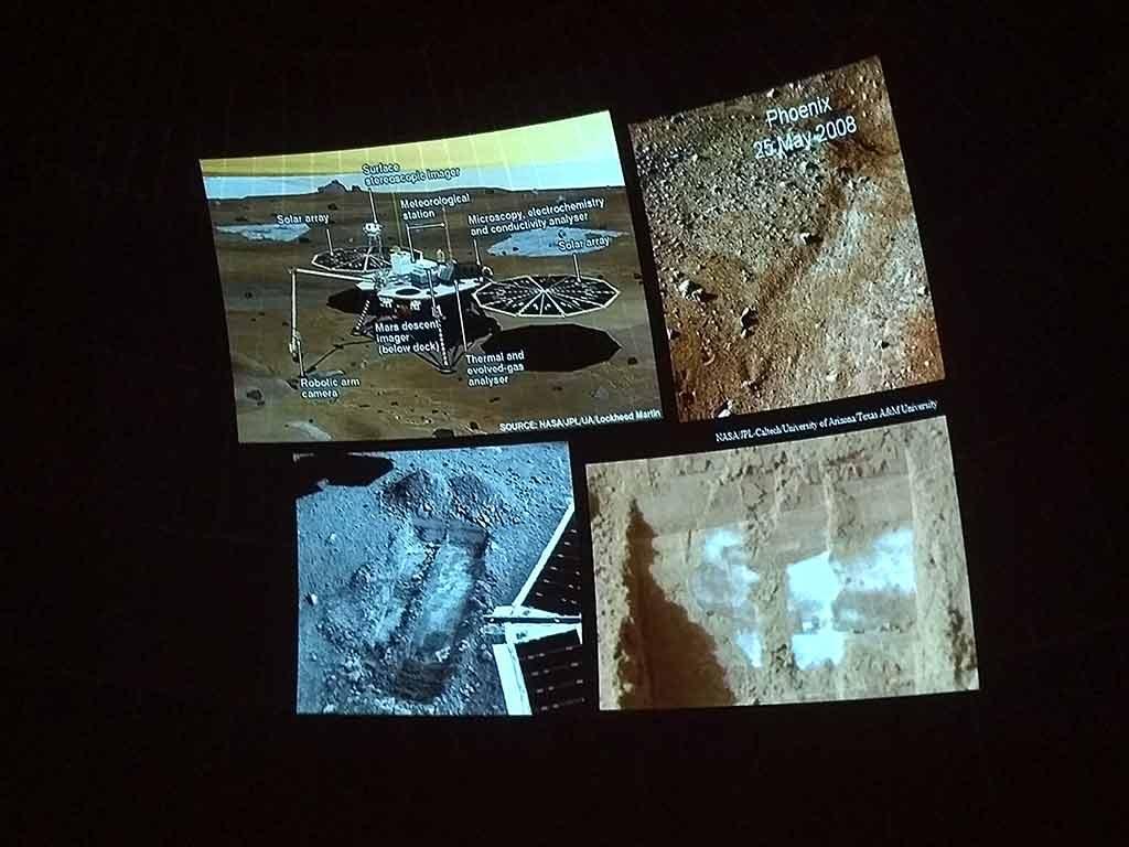 El lander Phoenix encontró hielo debajo de la superficie de Marte.