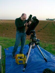 Roberto Ferrero preparando el telescopio