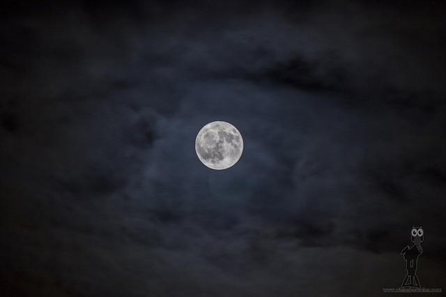 Luna y nubes con HDR