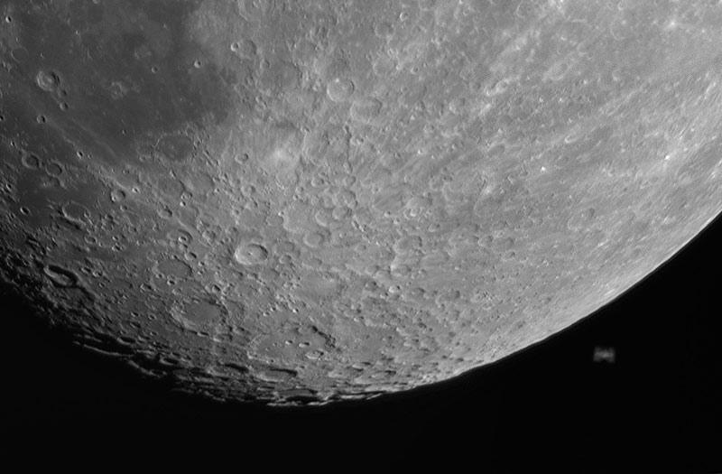 La guía para observar la Luna incluye fotografías y dibujos de la Luna